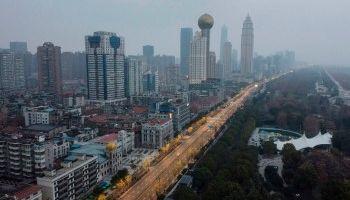 Thương chiến, bom nợ và dịch bệnh cùng bóp nghẹt kinh tế Trung Quốc